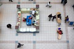 Fußgänger in einem Einkaufszentrum lizenzfreie stockfotos