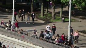 Fußgänger in einem Park stock video footage