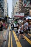 Fußgänger in einem Zebrastreifen im zentralen Bezirk von Hong Kong Stockfotografie