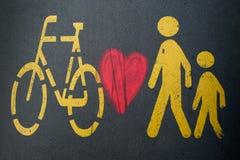 Fußgänger-/Fahrradzeichen und Herzgraffiti stockfoto