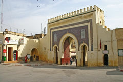 Fußgänger gehen durch monumentale Bab Bou Jeloud oder das Blau Stockfoto