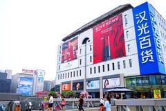 Fußgänger gehen vor Hanguang-Kaufhaus an zentralem Einkaufsviertel Pekings Xidan stockbilder