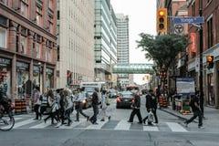 Fußgänger gesehene Überfahrt an einer Kreuzung in einer großen kanadischen Stadt lizenzfreie stockfotos