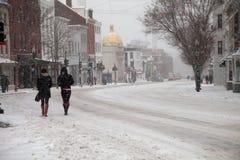 Fußgänger im Schnee Lizenzfreie Stockbilder