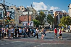 Fußgänger laufen über das Stadtzentrum der Straße herein von Istanbul auf Augus Stockbild