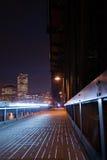 Fußgänger- und Fahrradweg mit lanternson großer alter Brücke vorbei Lizenzfreie Stockfotos