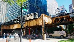Fußgänger- und Nahverkehr in Chicago-` s schlingen Nachbarschaft stock video