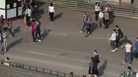 Fußgänger und Rollen stock footage