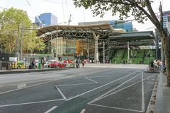 Fußgänger und Verkehr nahe den Schritten und Eingang zum Bahnhof des Kreuzes des Südens in Melbourne Stockbild