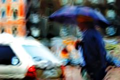 Fußgänger unter dem Regenschirm im Regen Stockfotografie