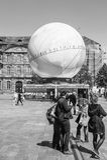 Fußgänger vor Kugel pavillion Frankreich-Kandidatur für Wor Stockfotografie
