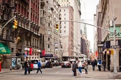 Fußgänger, welche die Straße auf 6. Allee kreuzen Stockfotografie