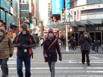 Fußgänger, welche die Straße, NYC, NY, USA kreuzen Stockbild