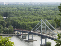 Fußgängerbrücke über dem Dnieper-Fluss in Kiew Stockbilder