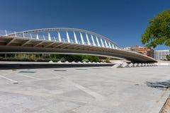 Fußgängerbrücke über dem Park in Valencia Stockbilder