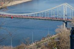 Fu?g?ngerbr?cke ?ber Dnipro-Fluss in Kiew, Ukraine fr?hjahr lizenzfreie stockbilder