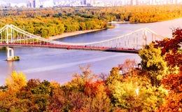Fußgängerbrücke auf schönem der Hintergrund Autumn Landscapes und des Dnieper-Flusses Herbst in Kyev lizenzfreie stockfotografie