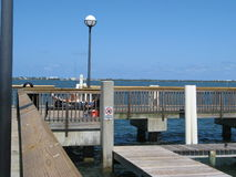 Fußgängerbrücke auf Seeküste Lizenzfreies Stockfoto