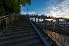 Fußgängerbrücke an der Station Stockfotos