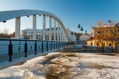 Fußgängerbrücke Kaarsild und Ansicht über Rathaus in Tartu, Estland Lizenzfreie Stockfotografie