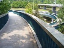 Fußgängerbrücke mit runde gewundene acces Stockbild