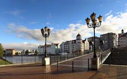 Fußgängerbrücke mit Weinleselaternen über dem Fluss Lizenzfreie Stockfotos
