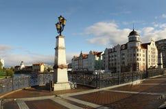 Fußgängerbrücke mit Weinleselaternen über dem Fluss Lizenzfreies Stockfoto