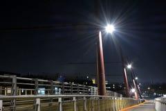 Fußgängerbrücke nachts Lizenzfreie Stockbilder