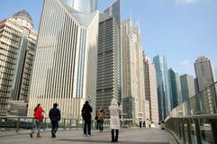 Fußgängerbrücke Shanghai Lujiazui Stockbild