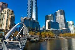 Fußgängerbrücke Southbank mit Leuten und Southbank-Stadtbild Stockfoto