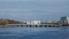 Fußgängerbrücke zwischen Krestovskiy Stockbilder