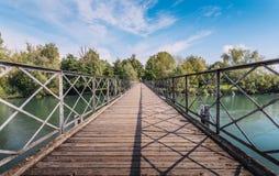 Fußgängerbrücken-Überfahrt Fluss Adda in Italien Lizenzfreie Stockfotografie
