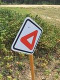 Fußgängerertrag-Zeichen auf einem Wanderweg Stockbilder