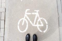 Fußgängerschuhe auf dem Gehweg für Radfahrer Warnen der Gefahr lizenzfreie stockfotos