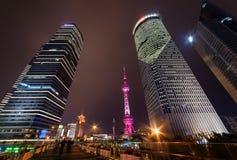 Fußgängerseite der Jahrhundert-Allee nachts, Shanghai, China Stockfotografie