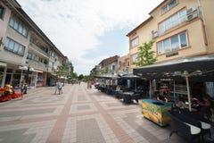 Fußgängerstraße in der Mitte von Pomorie in Bulgarien Lizenzfreie Stockbilder