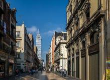 Fußgängerstraße in Mexiko City im Stadtzentrum gelegen mit Latinoamericana-Turm auf Hintergrund - Mexiko City, Mexiko Stockbild
