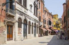 Fußgängerstraße mit alter Architektur in Venedig, Italien lizenzfreie stockfotos