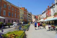 Fußgängerstraße in Rovinj, Kroatien stockbild