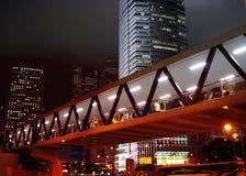 Fußgängertunnel und Wolkenkratzer nachts Stockfotografie