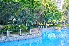 Fußgängerweg durch das Pool Lizenzfreies Stockbild