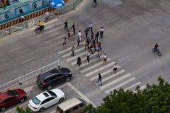 Fußgängerweg durch den Bürgersteig Lizenzfreie Stockfotografie