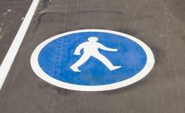 Fußgängerzeichen auf der Pflasterung Stockbilder