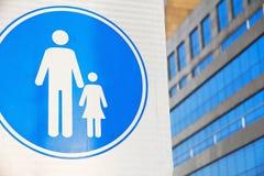 Fußgängerzeichen auf Straße Stockfotografie