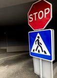 Fußgängerzeichen mit einem Stoppschild stockfotos
