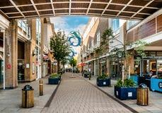 Fußgängerzone auf Straße der hochgebogenen Hinterkante in Cardiff Stockbilder