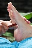 Fußmassage durch hölzernen Stock lizenzfreie stockfotografie