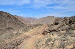 Fußweg in den felsigen Bergen ohne Vegetation Lizenzfreies Stockfoto