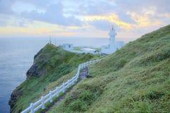 Fußweg, der zu einen Leuchtturm auf der Klippe in der Nordküste von Taiwan führt Stockbild