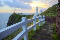 Fußweg, der zu einen Leuchtturm auf der Klippe in der Nordküste von Taiwan führt Stockfotos